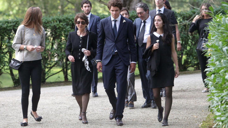 Paloma O'Shea, arropada por sus nietos durante el entierro de Emilio Botín. (EFE)