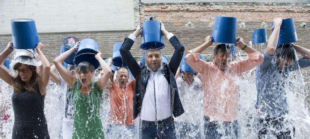 Foto: Los miembros del equipo de 'Zapeando' realizan el reto del cubo helado (Atresmedia TV)