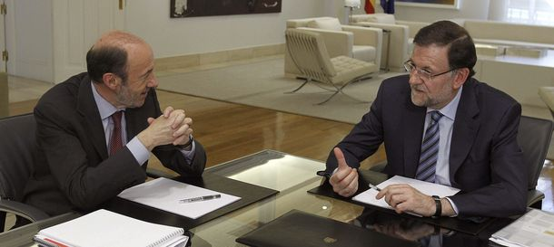Foto: El presidente del Gobierno, Mariano Rajoy (d), con el secretario general del PSOE, Alfredo Pérez Rubalcaba (i). (Efe)