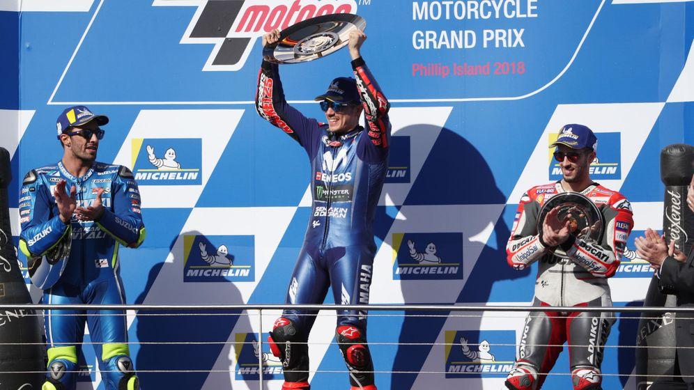 Foto: Maverick Viñales (c) celebra en lo más alto del podio su victoria en el GP de Australia de MotoGP. (EFE)