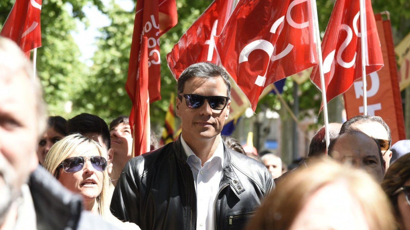 Foto: El ex secretario general y precandidato a las primarias del PSOE, Pedro Sánchez (c), durante su participación en la manifestación del Primero de Mayo en Lleida. (EFE)