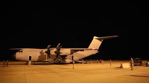 Aterriza el avión con los primeros evacuados españoles y afganos, en imágenes