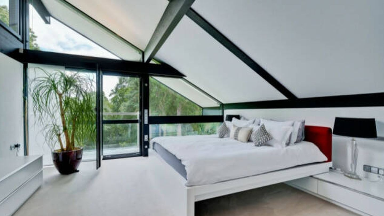 Uno de los dormitorios de la casa que Antonio Banderas ha puesto a la venta. (Savills)