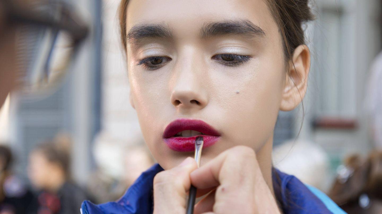 La forma de pintar los labios repercute directamente en su acabado y duración. (Imaxtree)