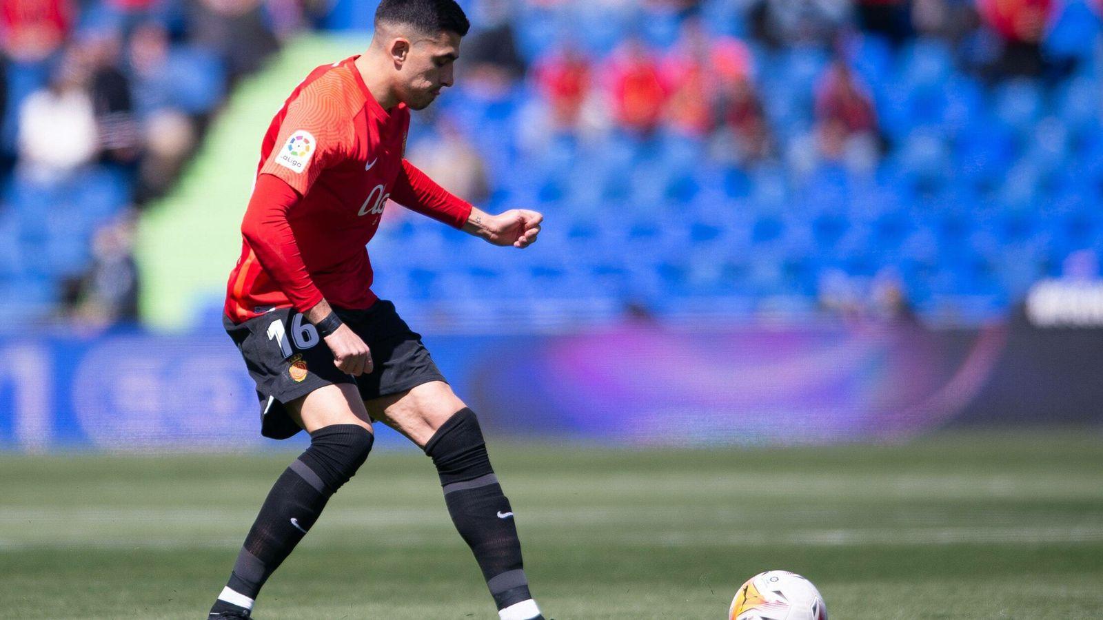 Foto: Manuela Velasco y Belén Rueda presentando con dos de los looks de la noche. (Cordon Press)