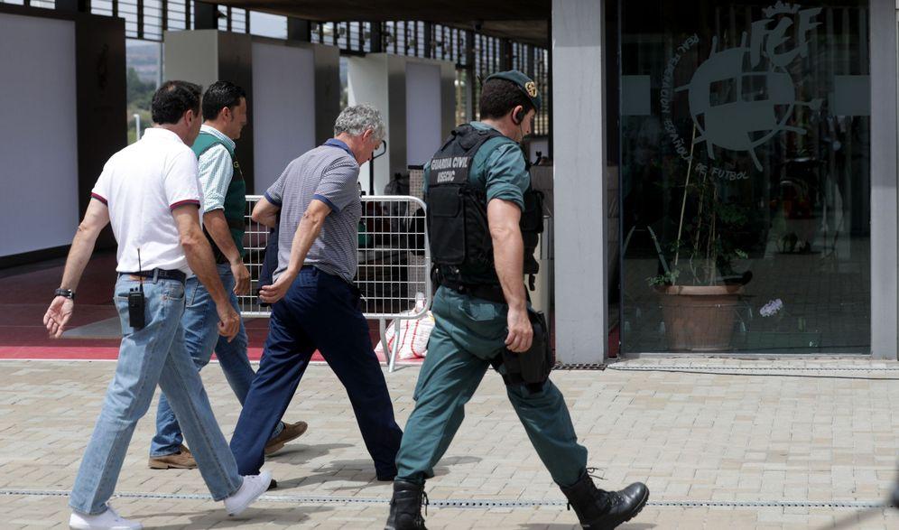 Foto: En la imagen, Ángel María Villar, entrando en la sede de la RFEF junto a efectivos de la Guardia Civil. (EFE)