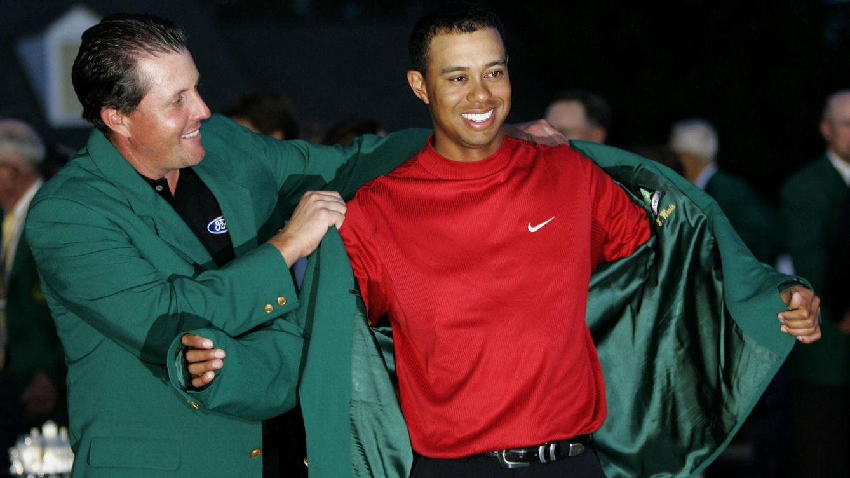 Foto: Woods recibió en el 2005 su última chaqueta verde de manos de Phil Mickelson (Reuters)