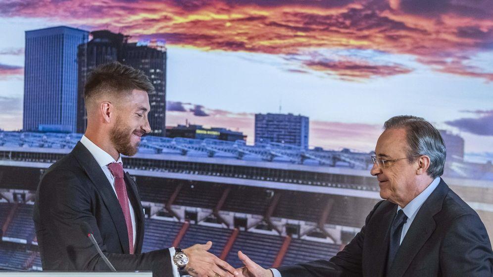 Foto: Sergio Ramos y Florentino Pérez chocan sus manos en el antepalco del Bernabéu. (EFE)