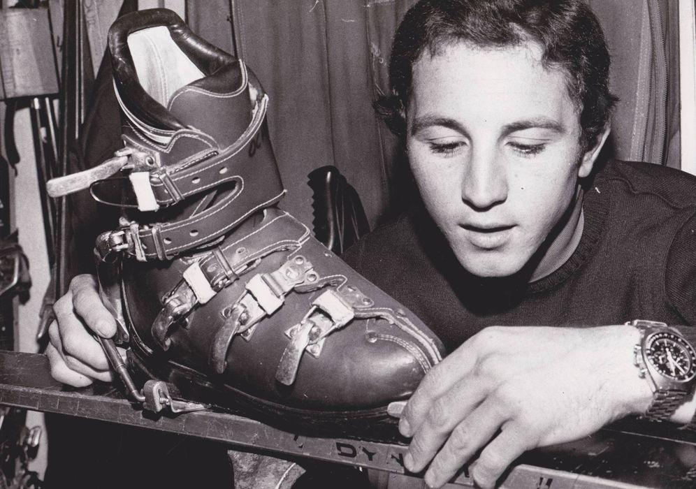 Foto: Paquito Fernández Ochoa ajusta una bota en su taller
