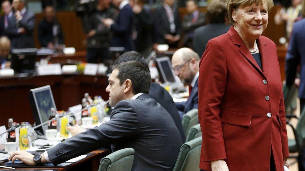 Foto: Merkel, a su llegada a la minicumbre de Bruselas, con Tsipras a su espalda (EFE)