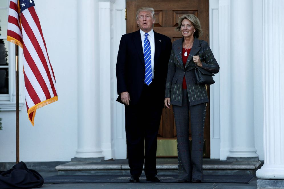 Foto: Donald Trump junto a Betsy DeVos tras una reunión en el Trump National Golf Club, en Bedminster, Nueva Jersey (Reuters).
