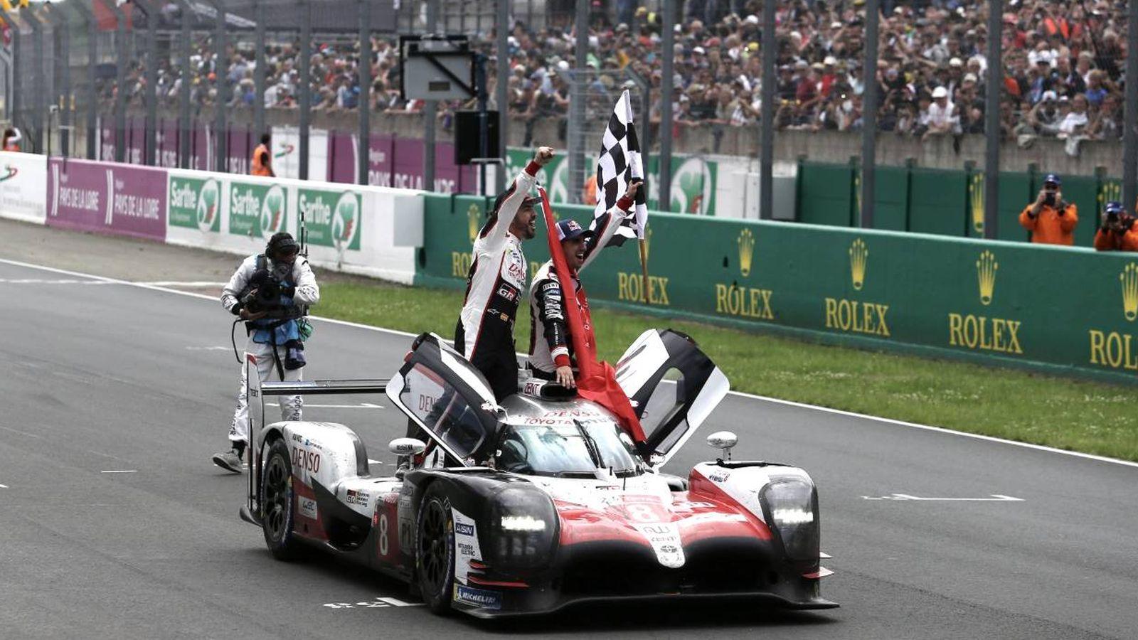 Foto: Alonso junto a Buemi, y con Nakajima en el interior, celebrando la victoria. (Twitter @Toyota_hybrid)