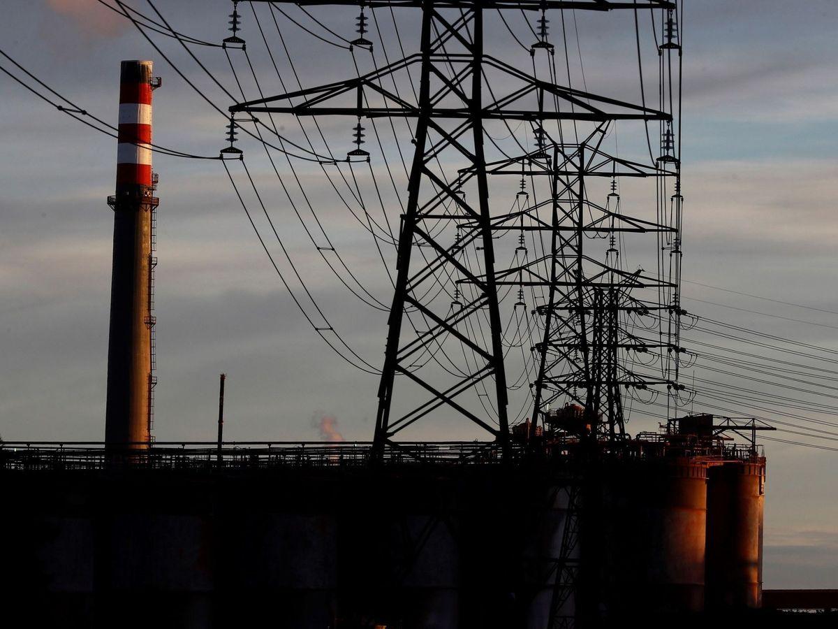 Foto: Una de las chimeneas y torretas de energía de alta tensión, de la fábrica de Alcoa San Cibrao en Cervo, Lugo. (EFE)