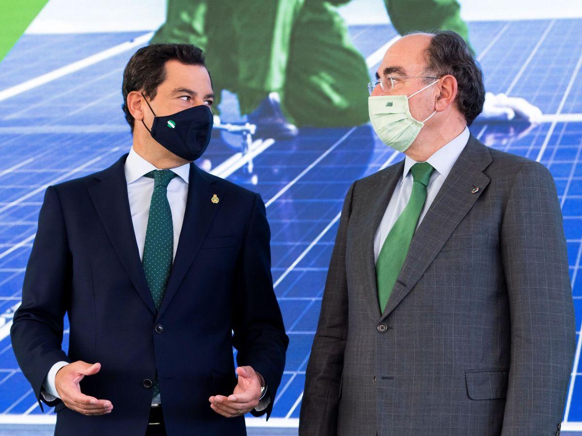 Foto: El presidente de la Junta, Juanma Moreno; y el de Iberdrola, José Ignacio Sánchez Galán, en la inauguración de la planta Andévalo en Huelva. (EFE)