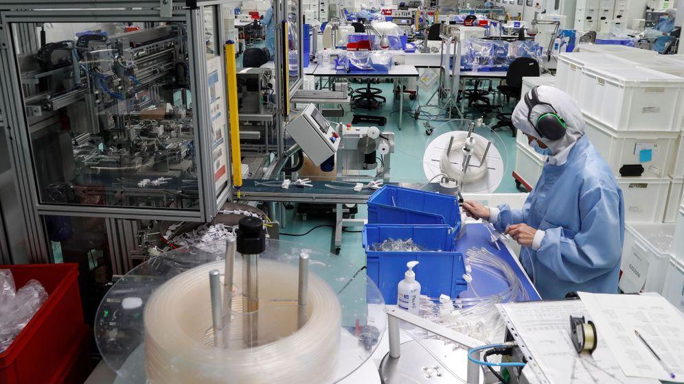 Foto: Una operaria trabaja en la planta de la empresa Bexen Medical en Hernani, que fabrica 60 M de mascarillas quirúrquicas por encargo del Gobierno. (EFE)