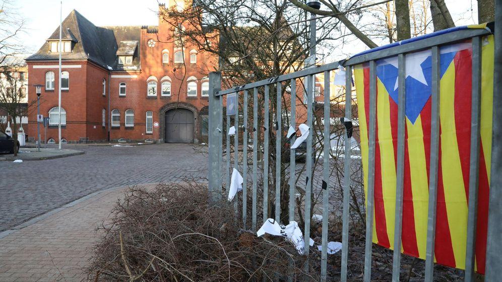 Foto: Una estelada colocada cerca de la prisión de Neumünster (Alemania), donde el expresidente de la Generalitat catalana Carles Puigdemont permanece detenido. (EFE)