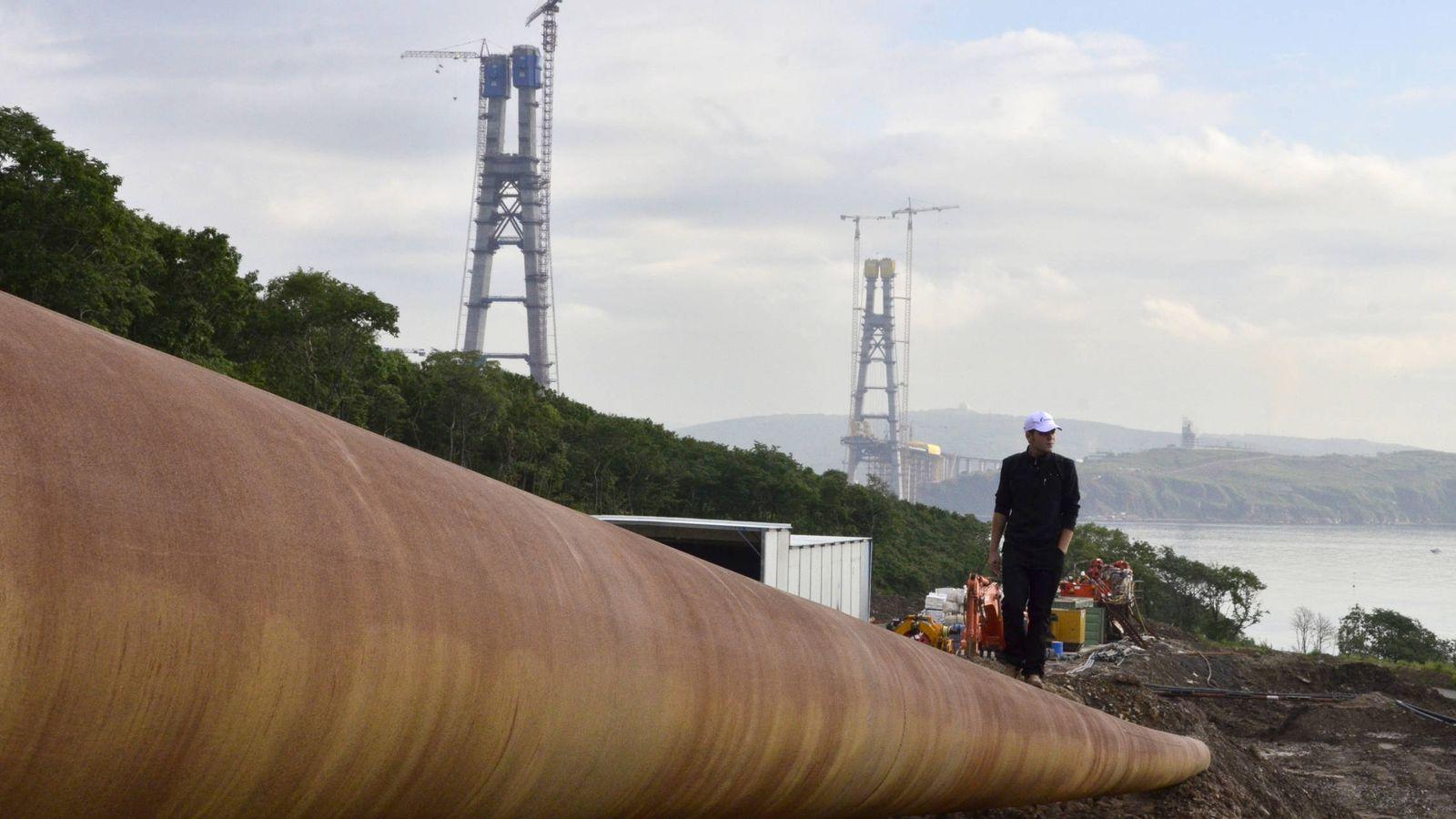 Foto: Un hombre camina sobre un gasoducto de Gazprom en construcción en Vladivostok, en 2012. (Reuters)