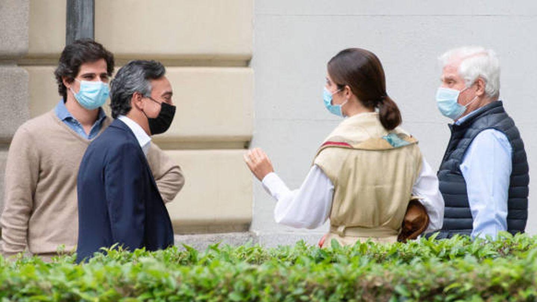 El duque de Alba, Fernando Fitz-James y Sofía Palazuelo, en el palacio de Liria. (Europa Press)