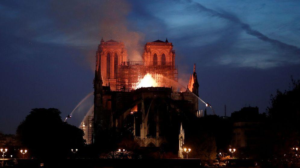 Foto: Bomberos trabajan en la extinción del incendio de Notre Dame. (Reuters)