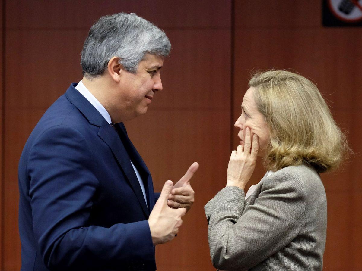 Foto: Calviño charla con Mário Centeno, presidente del Eurogrupo. (EFE)