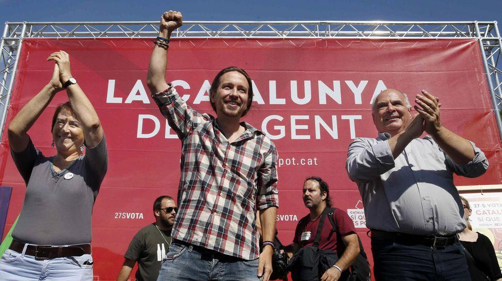 Foto: l cabeza de lista de Catalunya Sí que es Pot, Lluís Ravell, y la número dos de la candidatura Gemma Liena (i), acompañados por el secretario general de Podemos, Pablo Iglesias (c). (EFE)