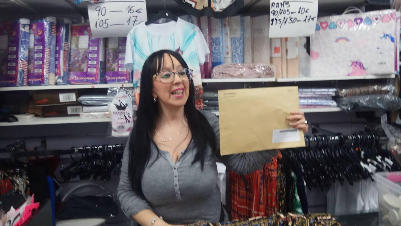 María Jesús de la Marta muestra su sobre para el voto por correo. (Foto: I. M.)