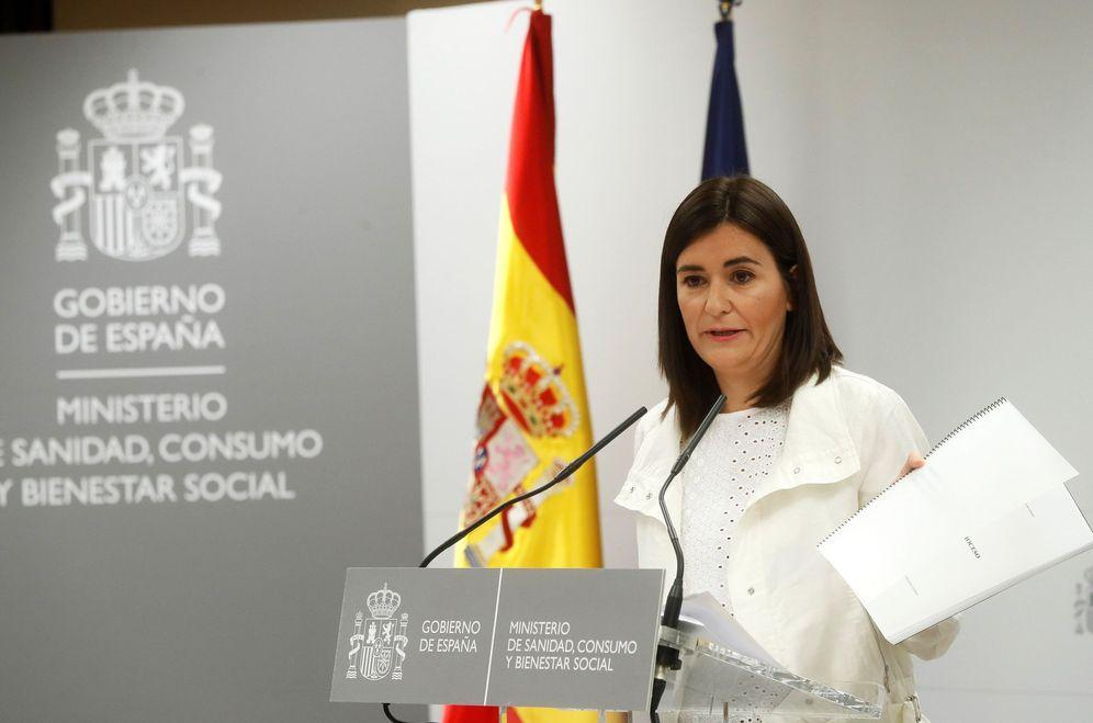 Foto: La ministra de Sanidad, Carmen Montón, enseña su TFM durante su comparecencia ante los medios, este 10 de septiembre. (EFE)