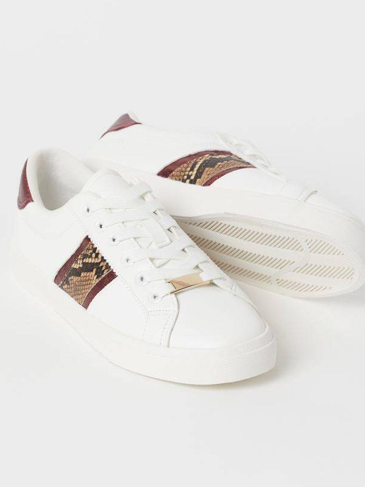 Zapatillas blancas de HyM. (Cortesía)