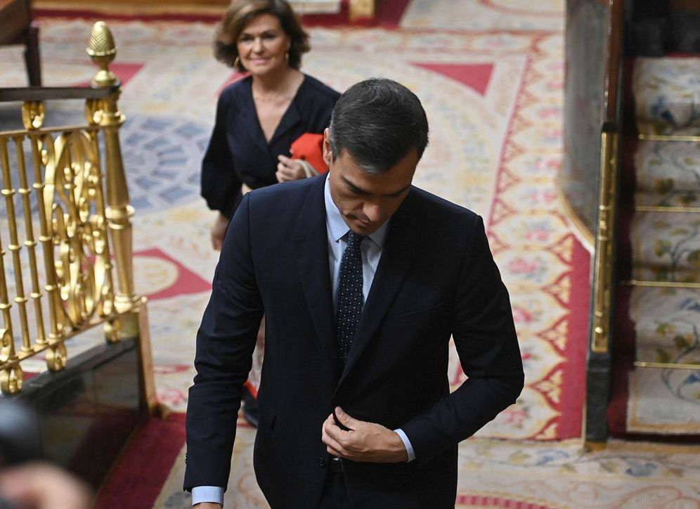 Foto: Pedro Sánchez y Carmen Calvo abandonan el hemiciclo durante la segunda y última sesión de control al Gobierno, este 18 de septiembre, en el Congreso. (EFE)