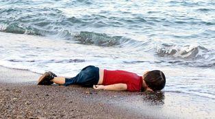 El diablo habla a un niño refugiado muerto en el mar
