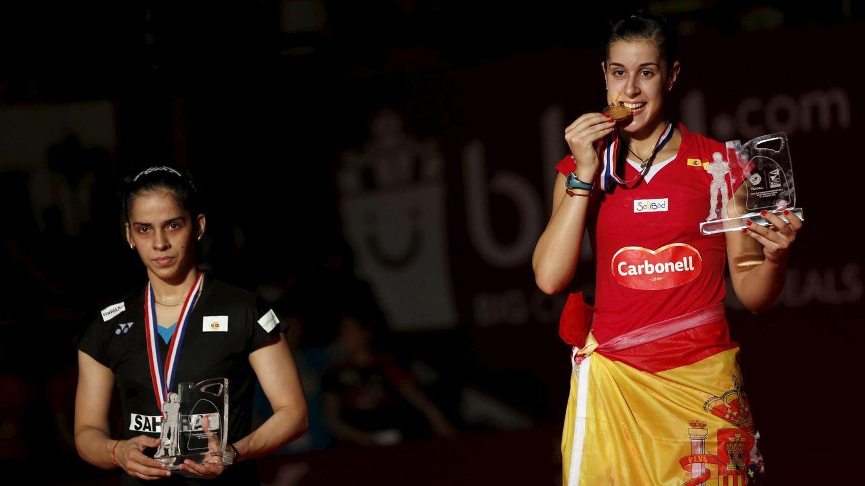Foto: Carolina Marín muerde su medalla tras ganar a la india Saina Nehwal.