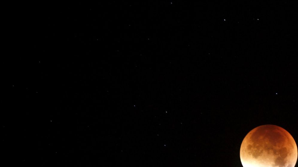 Foto: La luna se ve anaranjada cuando ocurre un eclipse lunar (REUTERS)