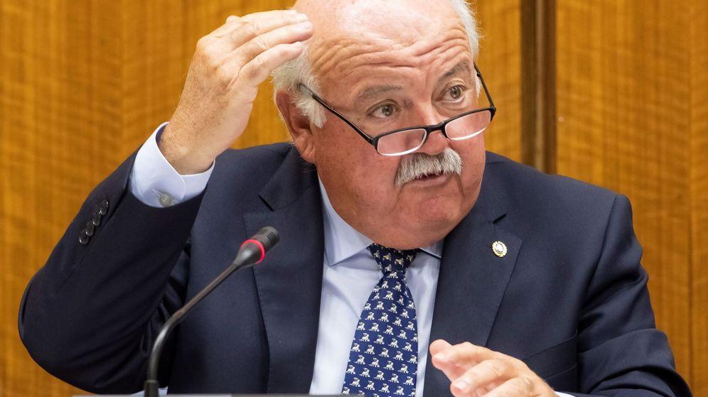 Foto: El consejero andaluz de Salud y Familias, Jesús Aguirre, en el Parlamento regional. (EFE)