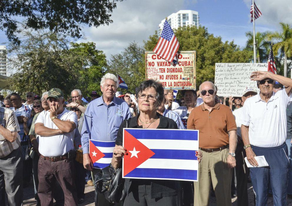 """Foto: Una veintena de organizaciones del exilio cubano protesta en Miami por su rechazo a las """"infames concesiones"""" de Obama (Efe)."""