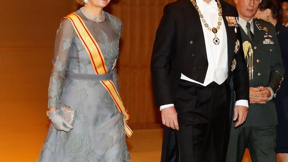 El look de Máxima en Japón: vestido reciclado y excesivo tocado (y hundido)