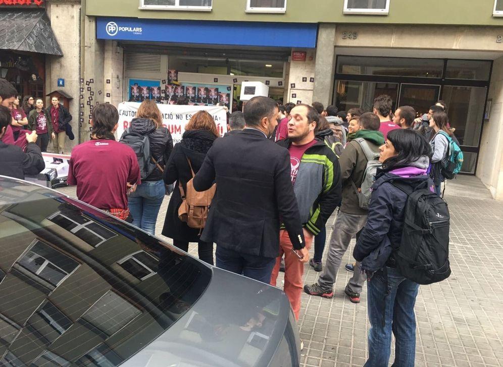 Foto: El momento en el que varios miembros de Arran intentan entrar en la sede. (EFE)