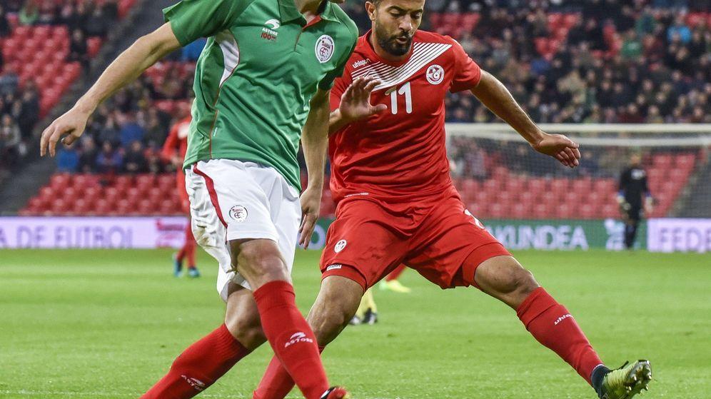 Foto: El jugador del Athlétic Mikel San José disputa el balón con Taha Yassine Khenissi (Túnez) en el último partido de la selección vasca en San Mamés. (EFE)