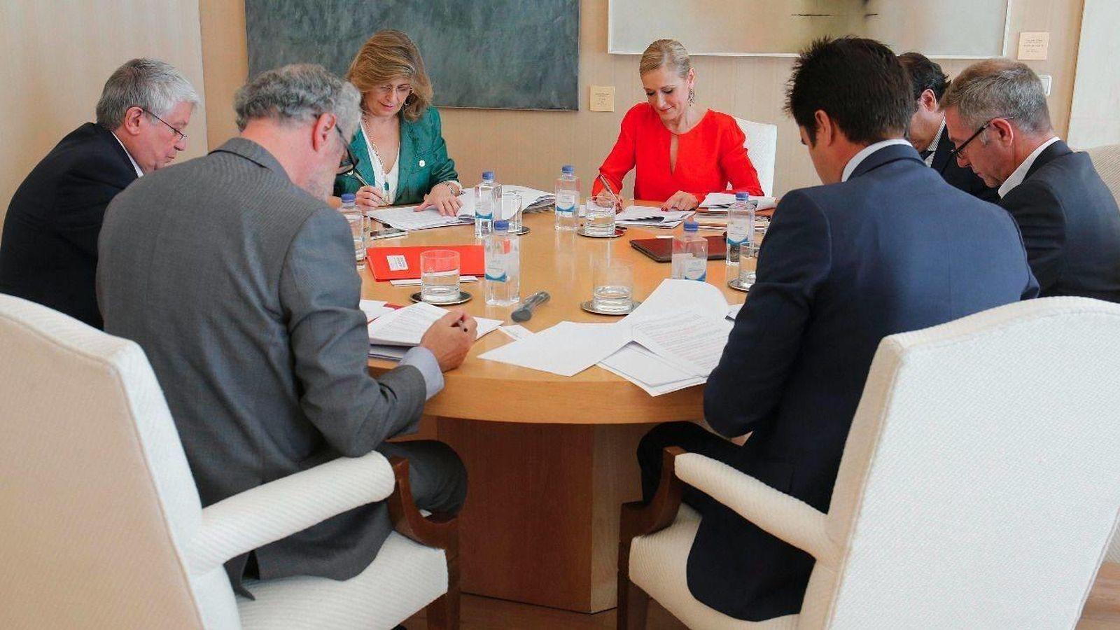 Foto: Luis Cueto (de espaldas), Arturo Fernández, Engracia Hidalgo y Cristina Cifuentes  (Foto:Comunidad de Madrid)