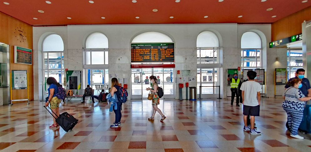 Foto: Cuando se conoció la noticia comenzaron a formarse colas en la estación de tren de Lleida. (Ferran Barber)