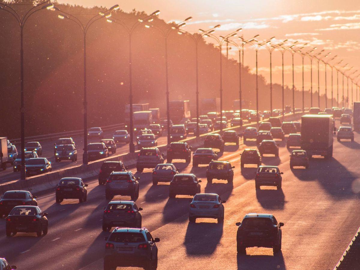 Foto: Los motores de combustión de los vehículos son emisores de CO2, NOx y micropartículas contaminantes. Unsplash/@5tep5