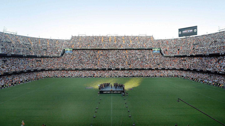 Los jugadores del Valencia CF en el estadio de Mestalla con miles de aficionados festejando el último título de Copa
