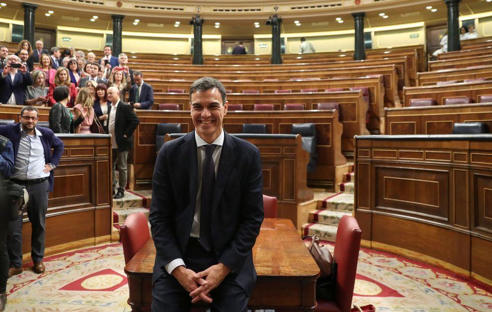Foto: Pedro Sánchez posa para los fotógrafos ya como nuevo presidente del Gobierno de España, este 1 de junio en el Congreso. (EFE)