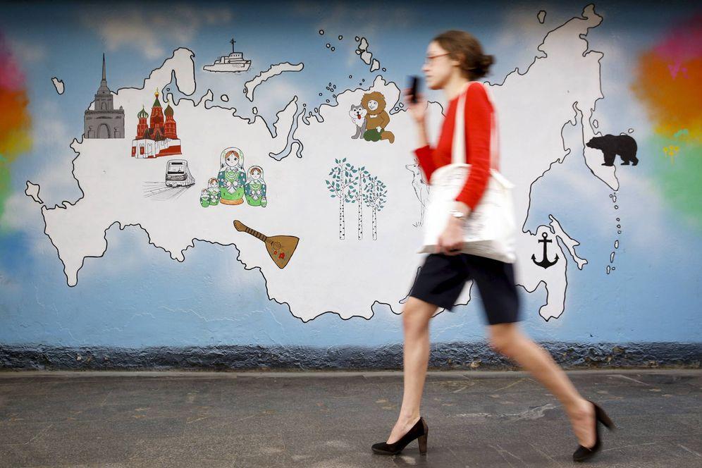 Foto: Una mujer pasa por delante de un mural con el mapa de Rusia en Moscú, en junio de 2015. (Reuters)