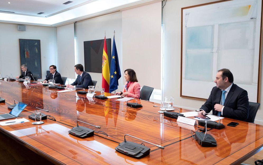 Foto: Pedro Sánchez, con los ministros autoridades delegadas, este 5 de abril en la Moncloa en la videoconferencia de presidentes. (Pool Moncloa).
