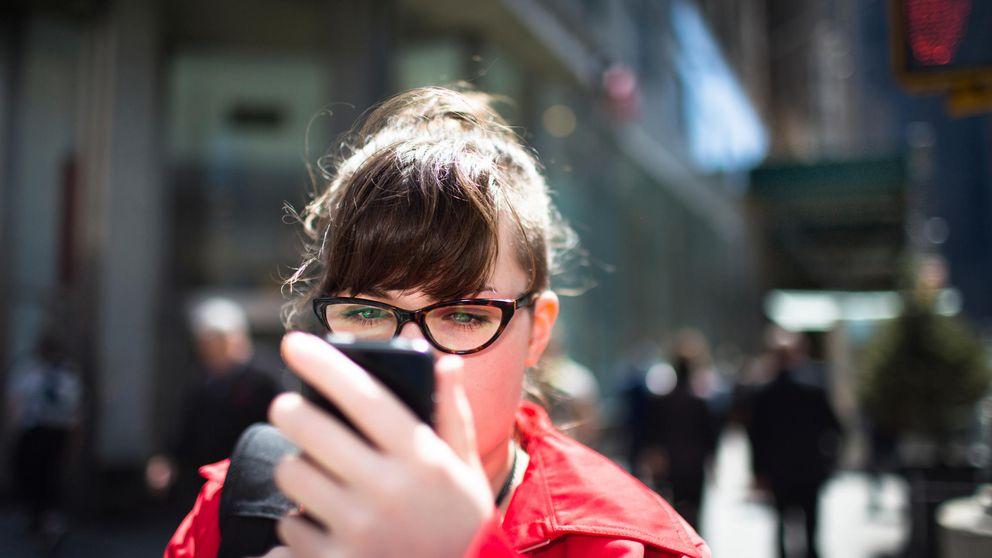 Luces en el suelo para evitar accidentes de los enganchados al móvil