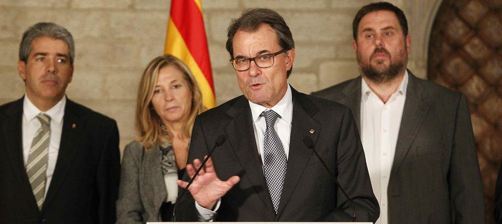 Foto: Artur Mas se dirige a los medios en presencia del conseller Francesc Homs (i), la vicepresidenta Joana Ortega (2i) y el presidente de ERC, Oriol Junqueras. (EFE)