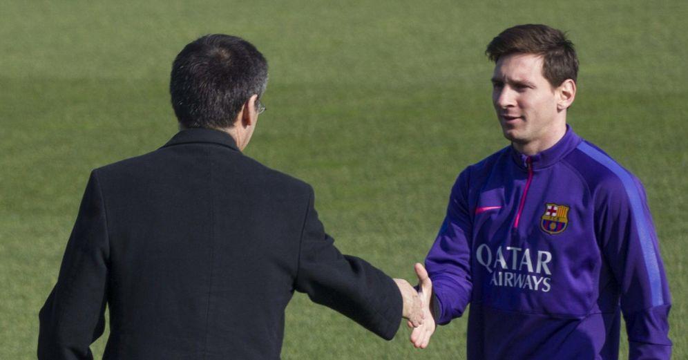 Foto: Josep María Bartomeu saluda a Leo Messi (EFE)