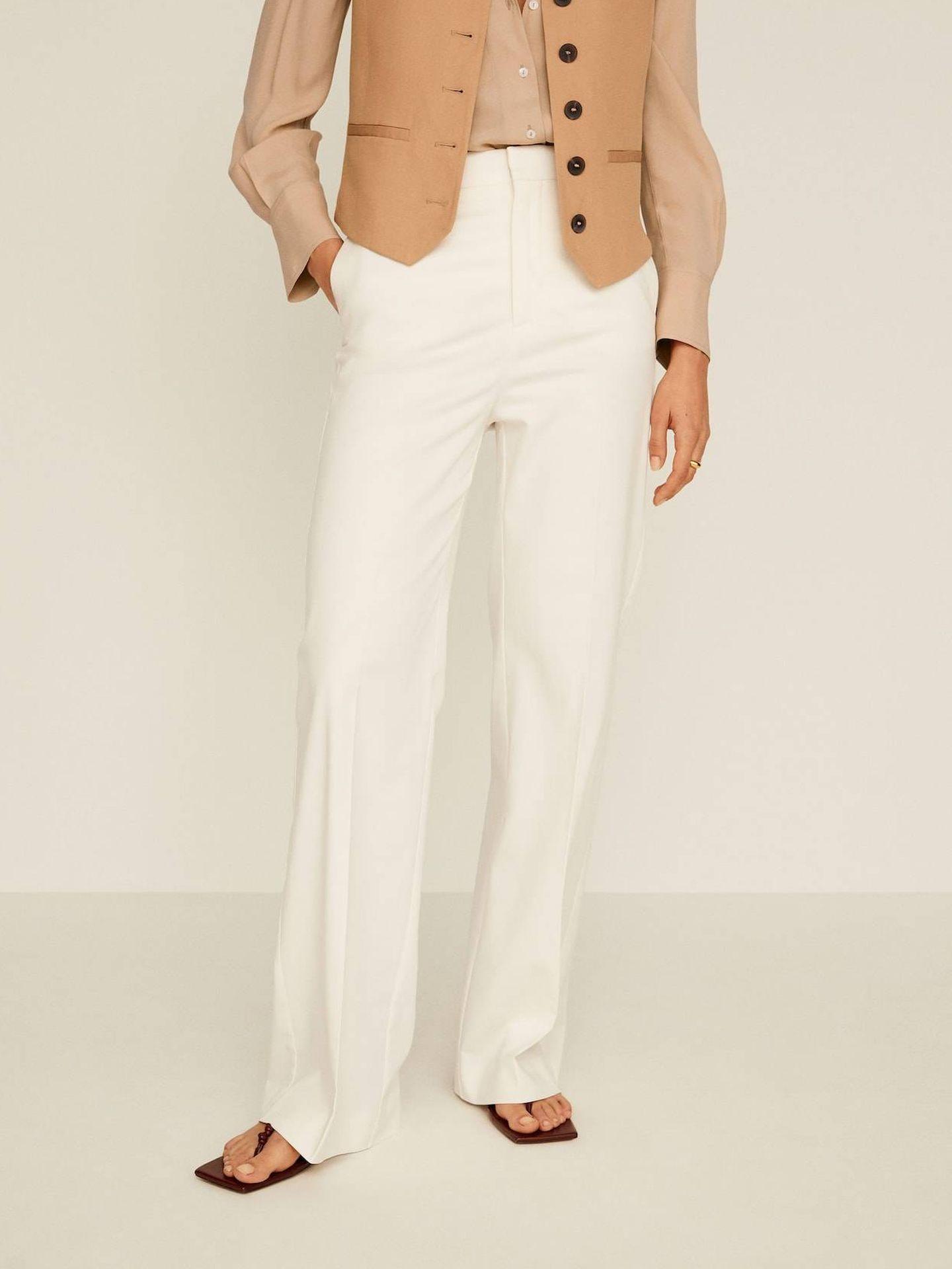 Con este pantalón y camisa de Mango Outlet. (Cortesía)