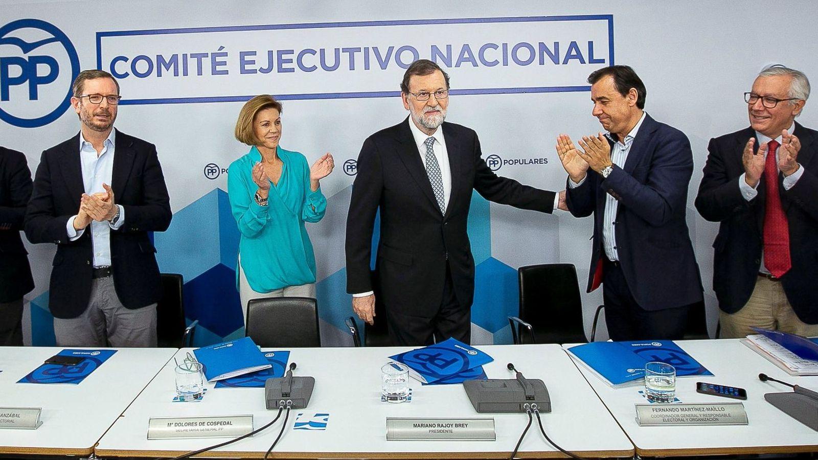 Foto: Mariano Rajoy (c) es aplaudido por sus compañeros tras anunciar, ante el comité ejecutivo nacional del partido, que dejará la presidencia de la formación. (EFE)