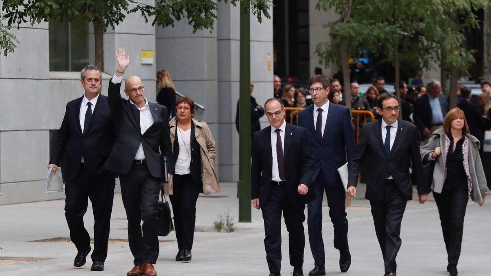 Foto: Los exmiembros del Govern (de izda. a dcha.) Joaquín Forn, Raül Romeva, Dolors Bassa, Jordi Turull, Josep Rull y Meritxell Borràs. (EFE)